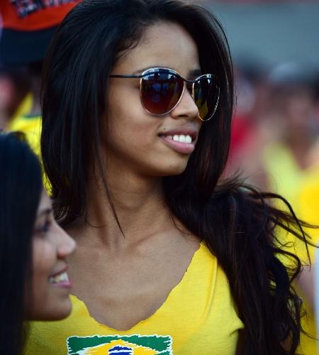 12.jun.2014 - Torcedora com as cores do Brasil curte a estreia da seleção contra a Croácia, em Cuiabá