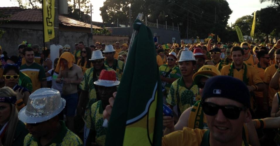13.jun.2014 - A torcida australiana faz festa brasileira no entorno da Arena Pantanal