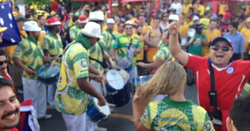 13.jun.2014 - A torcida australiana faz festa com samba perto da Arena Pantanal