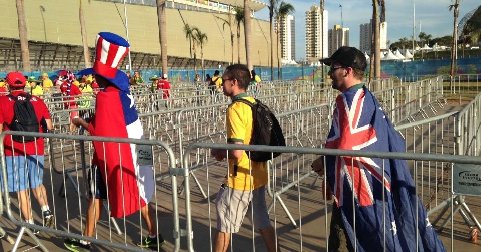 13.jun.2014 - Australianos e chilenos fazem fila para entrar no estádio para a partida