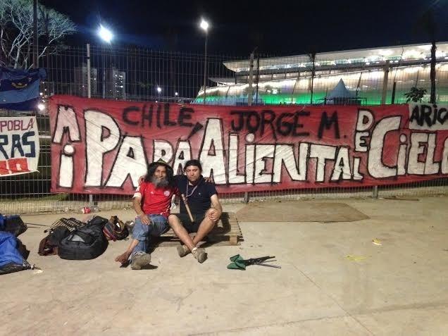 13.jun.2014 - Chilenos dormem na frente da Arena Pantanal na noite anterior à estreia do time na Copa