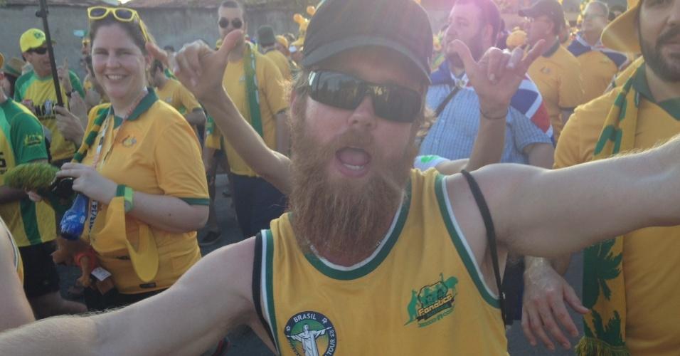 13.jun.2014 - Torcedor australiano posa para foto em clima de festa em Cuiabá
