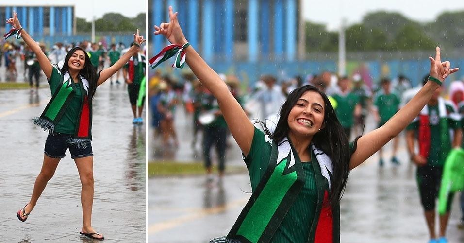 13.jun.2014 - Torcedora enfrenta chuva com empolgação para acompanhar a estreia do México na Copa