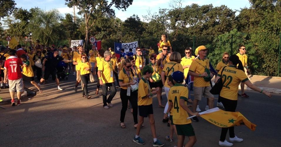 13.jun.2014 - Torcedores chegaram em grande número e fazendo festa em Cuiabá