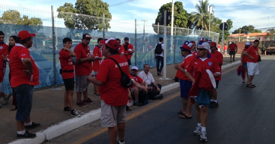 13.jun.2014 - Torcedores chilenos se concentram no entorno da Arena Pantanal