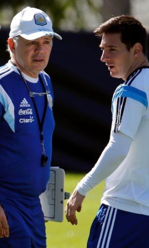 Alejandro Sabella dá instruções a Lionel Messi durante treino da Argentina