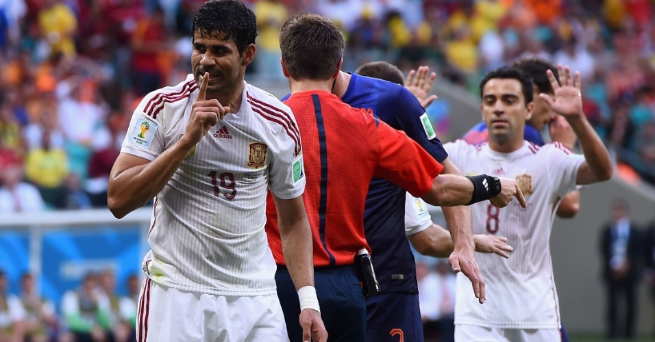 13.jun.2014 - Após receber muitas vaias em campo, Diego Costa faz gesto pedindo silêncio para a torcida após sofrer pênalti