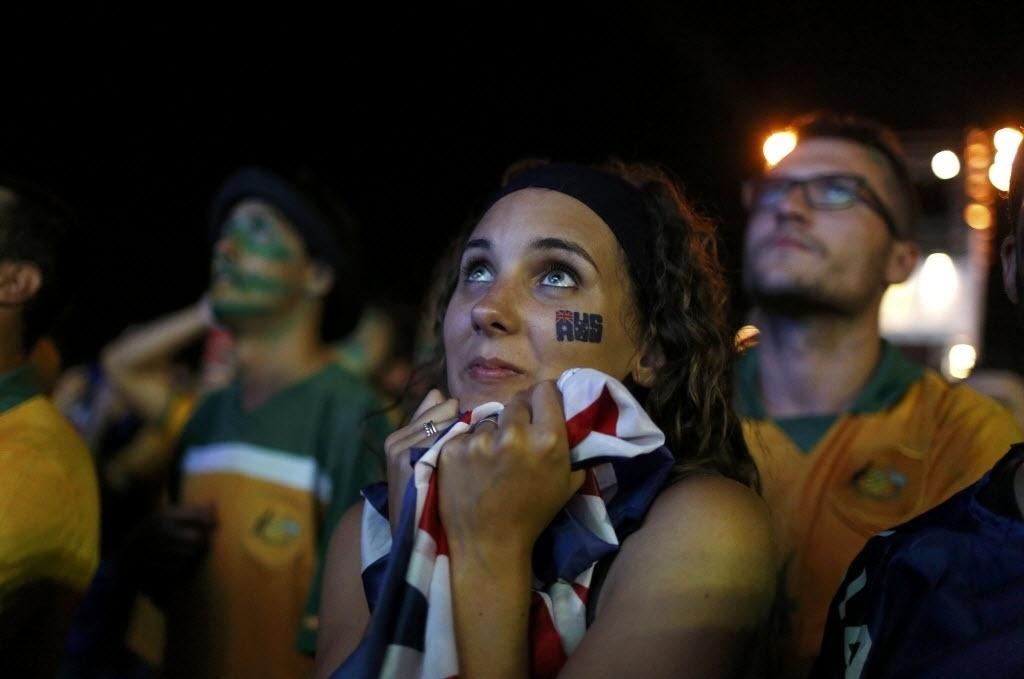 Apreensiva, torcedora da Austrália acompanha, em Copacabana, duelo contra o Chile