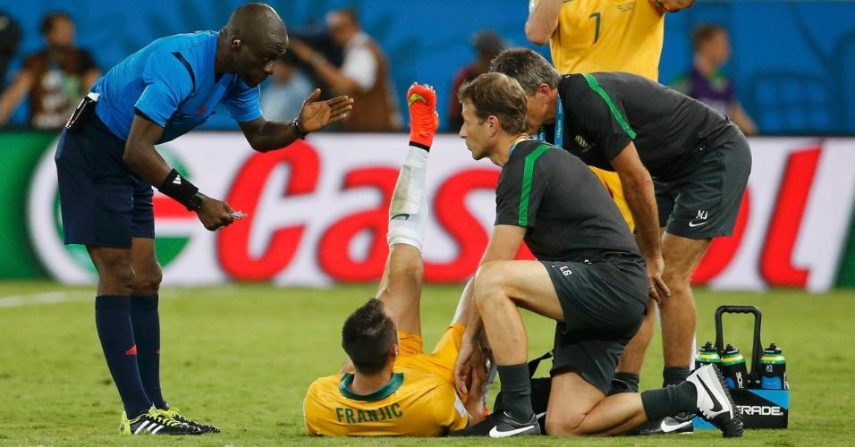 13.jun.2014 - Australiano Ivan Franjic recebe atendimento médico durante a partida contra o Chile, na Arena Pantanal