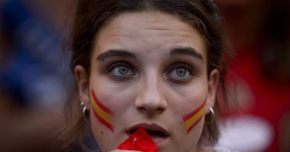Bela torcedora da Espanha acompanha jogo da seleção contra a Holanda no estádio Santiago Bernabéu, em Madri