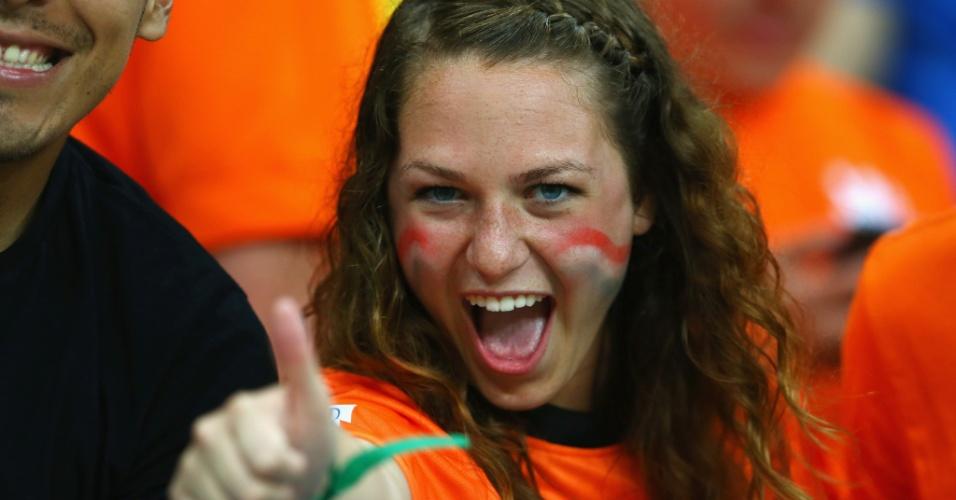 Bela torcedora da Holanda comemora vitória sobre a Espanha