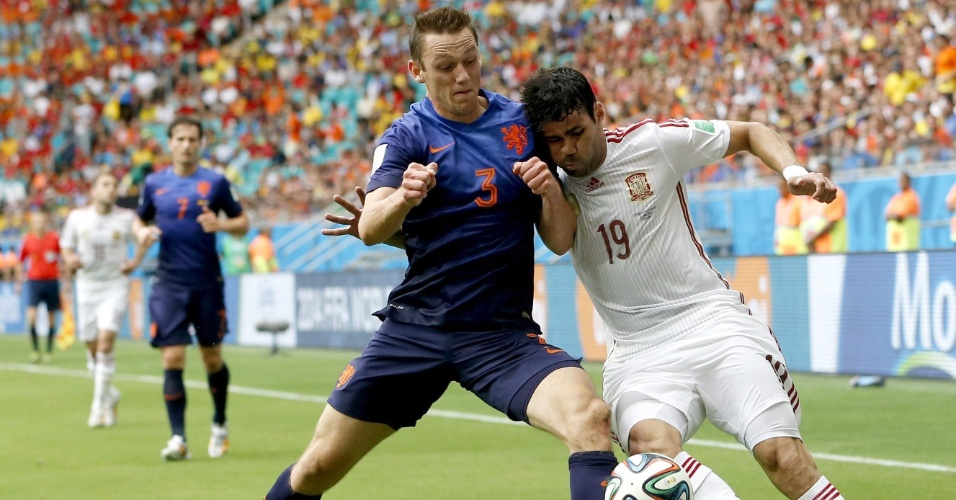 13.jun.2014 - Brasileiro naturalizado espanhol Diego Costa divide a bola com o holandês Stefan de Vrij. Diego recebe muitas vaias da torcida presente na Fonte Nova