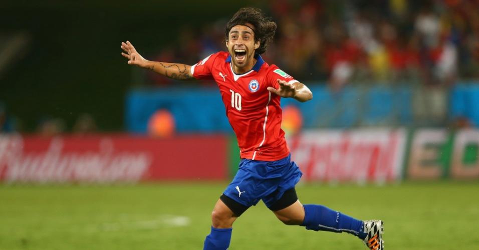 13.jun.2014 - Chileno Valdivia marca o segundo do Chile contra a Austrália e comemora na Arena Pantanal