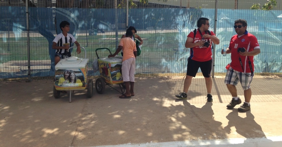 13.jun.2014 - Chilenos chegam à Arena Pantanal para estreia da seleção nacional diante da Austrália, em Cuiabá