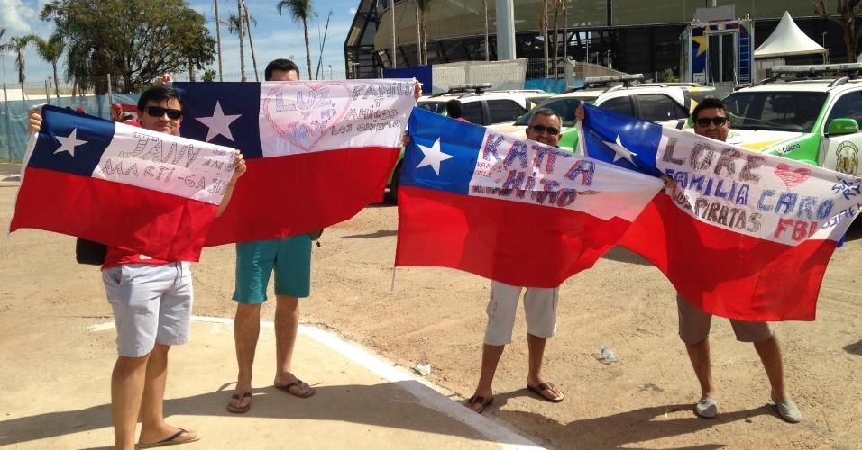 13.jun.2014 - Chilenos exibem mensagens em bandeiras do país antes de confronto entre Chile e Austrália, pelo grupo B da Copa do Mundo