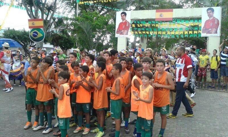 13.jun.2014 - Crianças de Largarto (SE), cidade natal de Diego Costa, torcem pelo atacante da seleção da Espanha