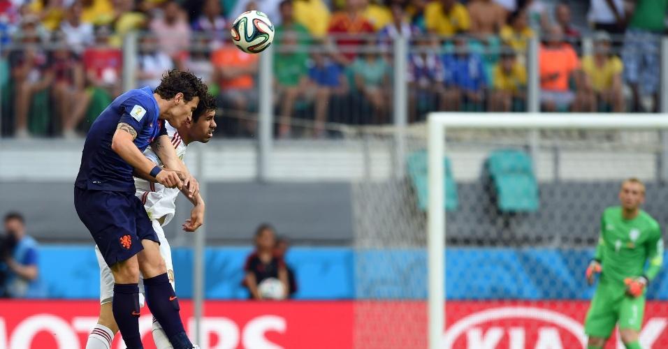 13.jun.2014 - Diego Costa e Daryl Janmaat dividem a bola no alto na partida entre Espanha e Holanda, reedição da final de 2010