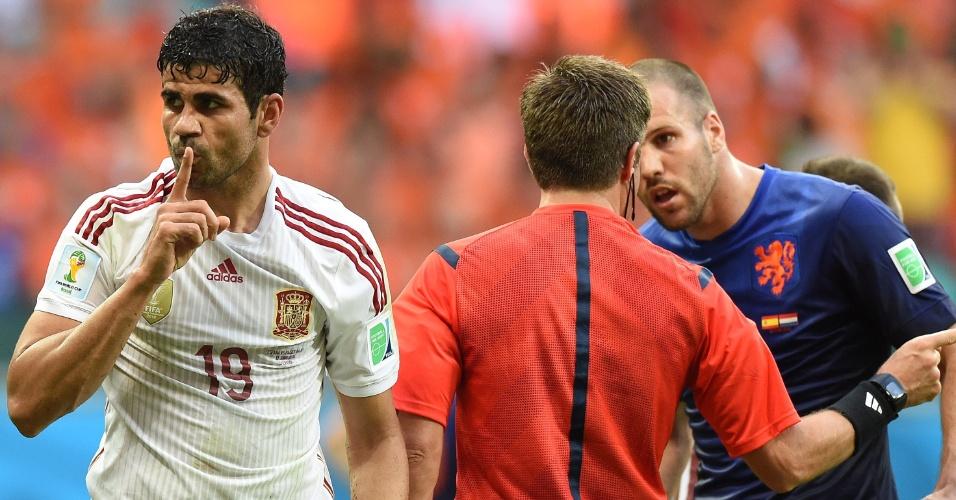 13.jun.2014 - Diego Costa pede para a torcida fazer silêncio na Fonte Nova após sofrer pênalti contra a Holanda