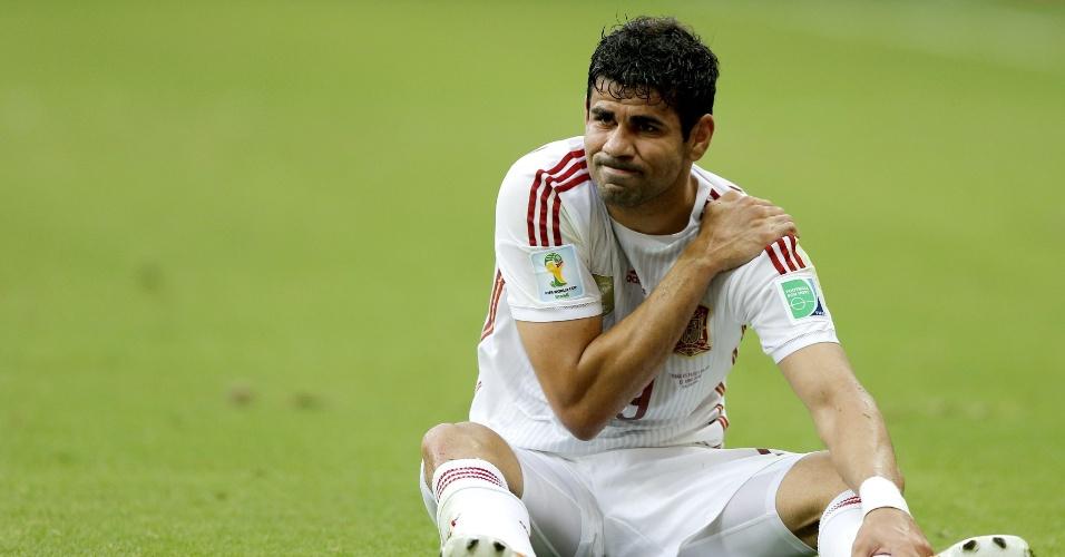 13.jun.2014 - Diego Costa sente dores no ombro e fica caído no gramado da Fonte Nova no jogo entre Espanha e Holanda
