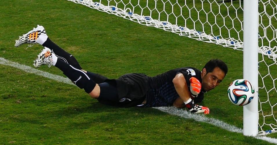 13.jun.2014 - Goleiro Mathew Ryan faz a defesa e impede o terceiro gol do Chile