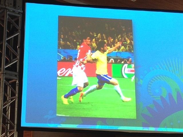 Imagem mostrada por Massimo Bussacca para defender marcação do pênalti sobre Fred contra a Croácia