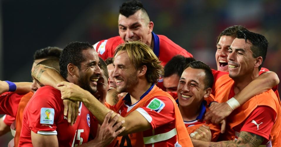 13.jun.2014 - Jean Beausejour comemora com seus companheiros de Chile após marcar o terceiro sobre a Austrália