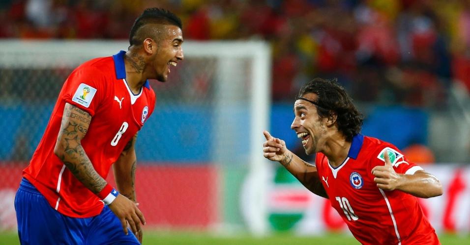 13.jun.2014 - Jorge Valdivia comemora com Vidal após o segundo gol do Chile contra a Austrália