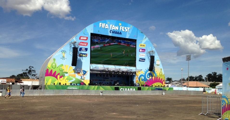 13.jun.2014 - Local do Fan Fest de Cuiabá fica vazio enquanto partida entre México e Camarões é exibida no telão