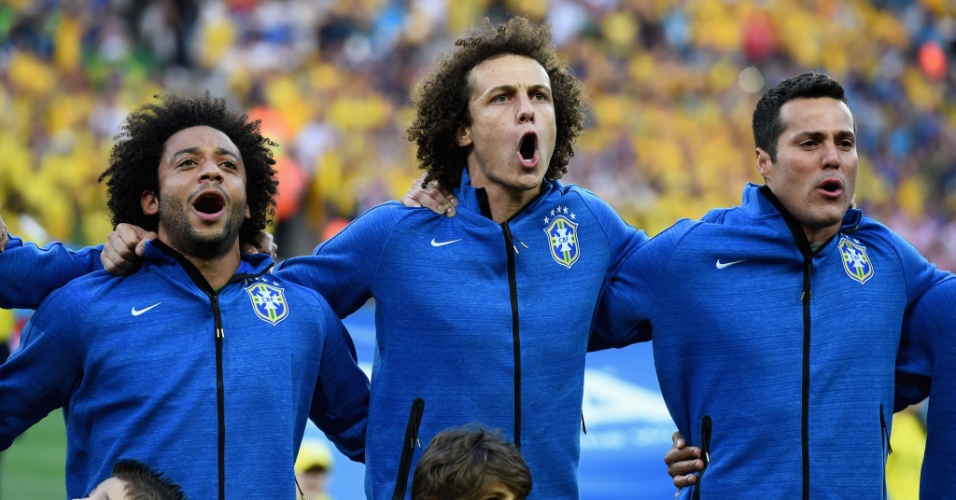 Marcelo e David Luiz vibram, e Júlio César se emociona durante Hino Nacional Brasileiro antes de partida contra a Croácia, no Itaquerão