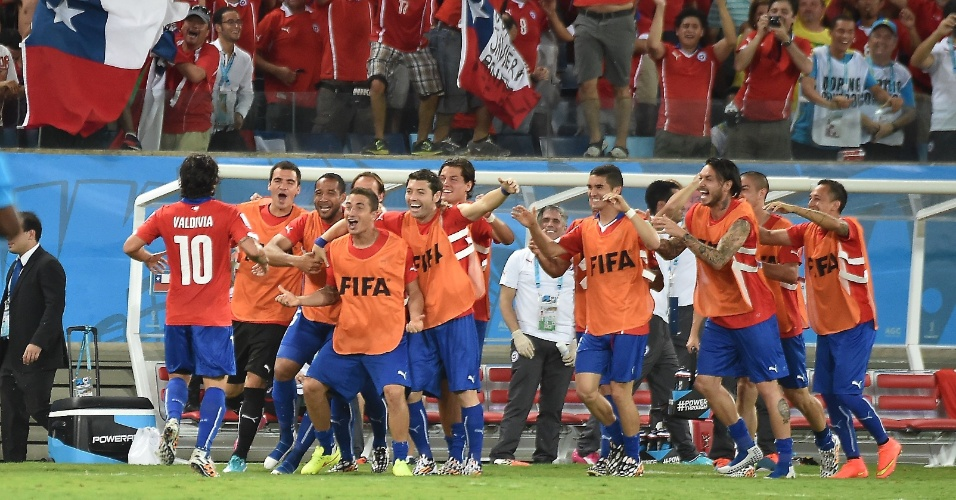 13.jun.2014 - Reservas do Chile comemoram o segundo gol contra a Austrália, marcado pelo palmeirense Valdivia