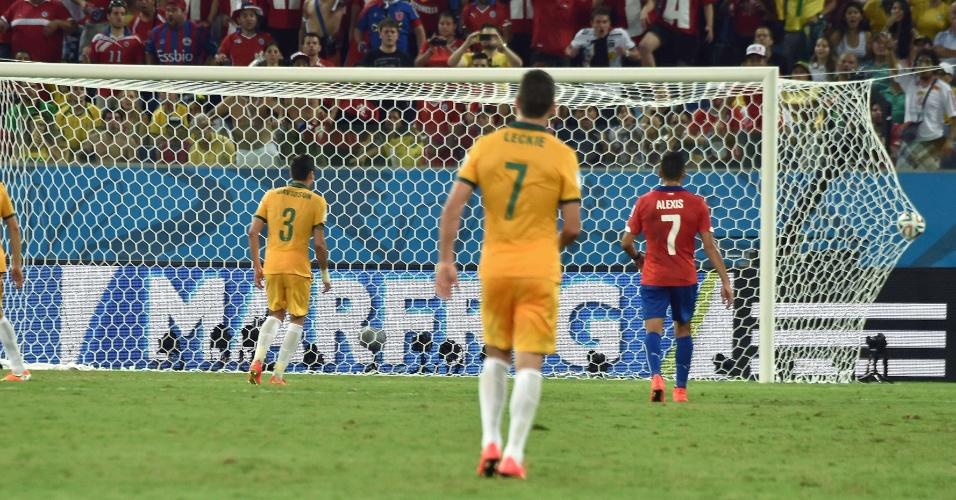 Ryan, goleiro da Austrália, não alcança chute de Beausejour no 3° gol do Chile