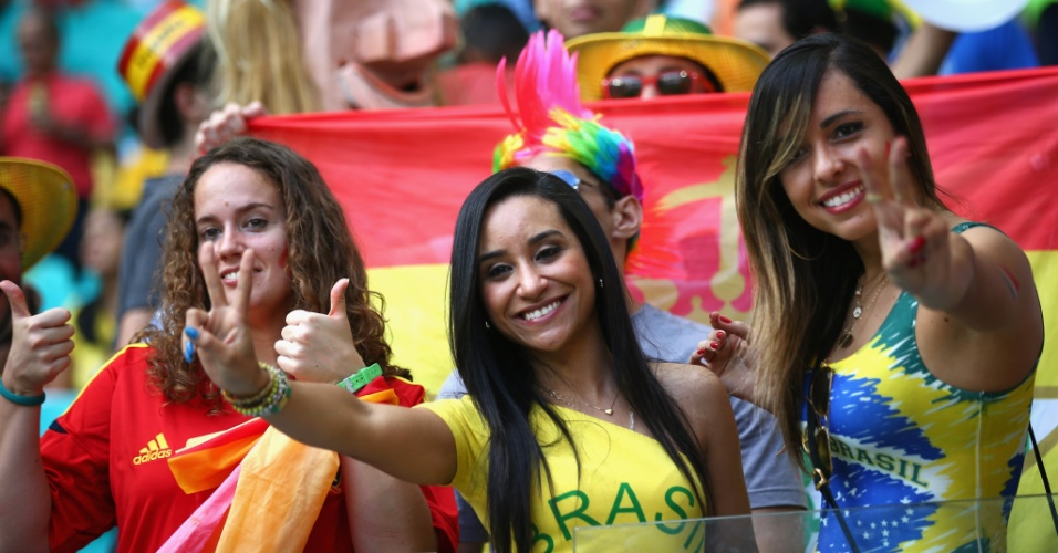 Torcedora brasileira acompanha clássico entre Espanha e Holanda na Arena Fonte Nova