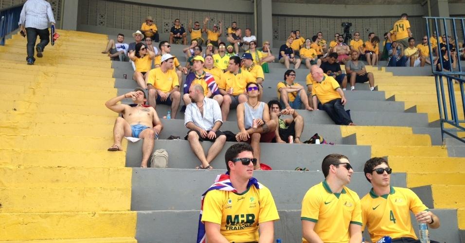 13.jun.2014 - Torcedores australianos se acomodam em arquibancadas ao redor da Fan Fest de Cuiabá antes de duelo entre Chile e Austrália, pelo grupo B