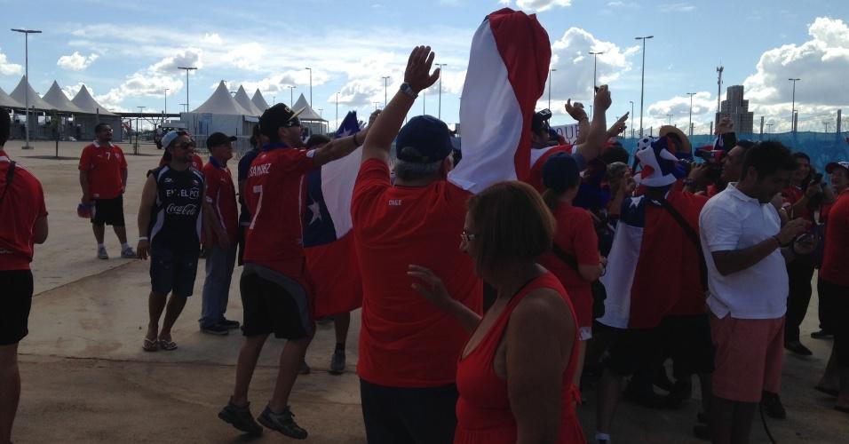 13.jun.2014 - Torcedores chilenos se concentram nas imediações da Arena Pantanal, em Cuiabá, antes de duelo entre Chile e Austrália