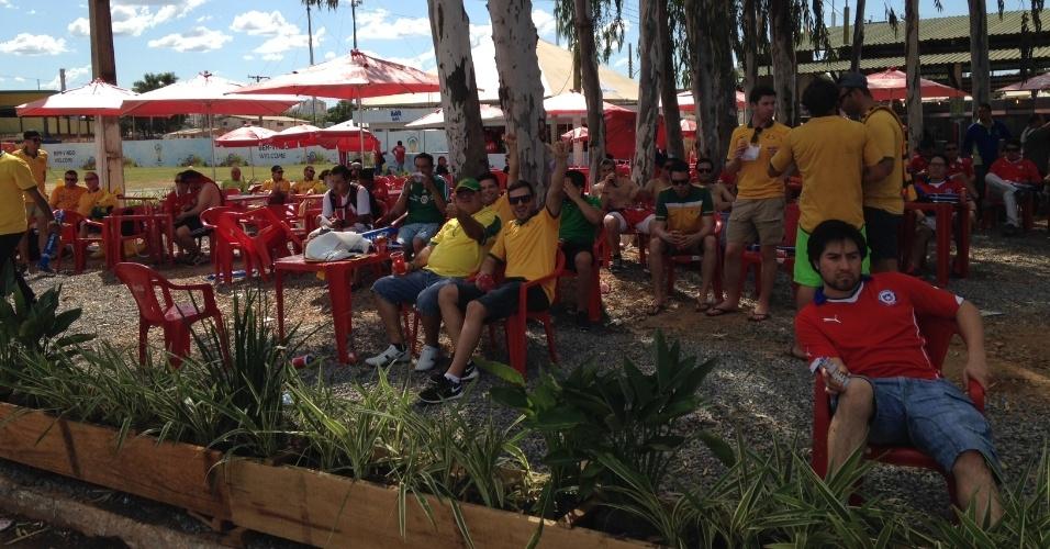 13.jun.2014 - Torcedores passam tempo em bar antes de partida entre Chile e Austrália, na Arena Pantanal, pelo grupo B da Copa do Mundo
