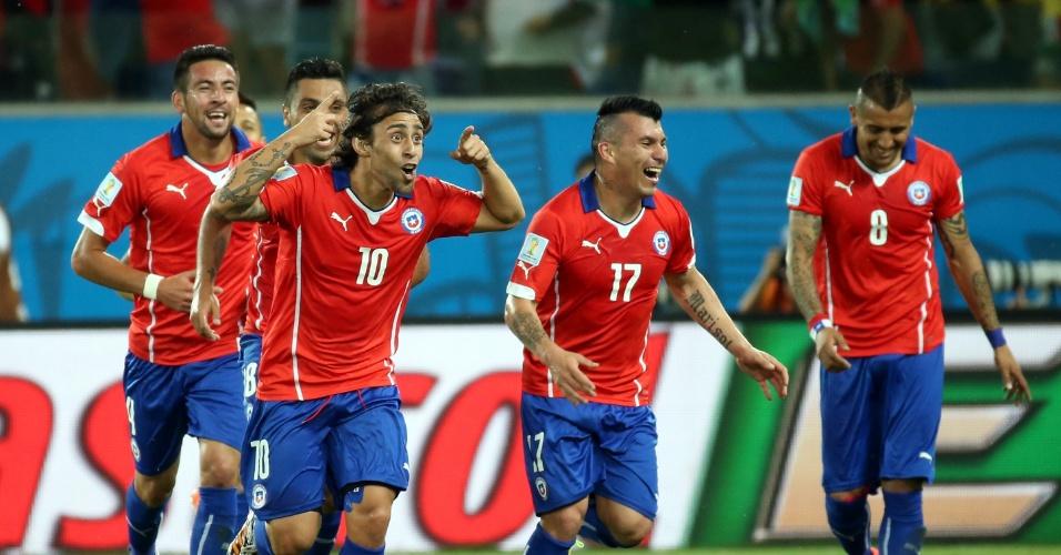 13.jun.2014 - Valdivia comemora após marcar o segundo gol do Chile contra a Austrália, na Arena Pantanal