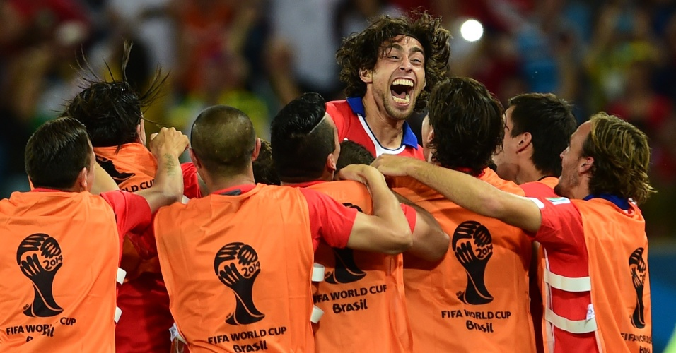 13.jun.2014 - Valdivia comemora com chilenos depois de marcar na vitória por 3 a 1 sobre a Austrália