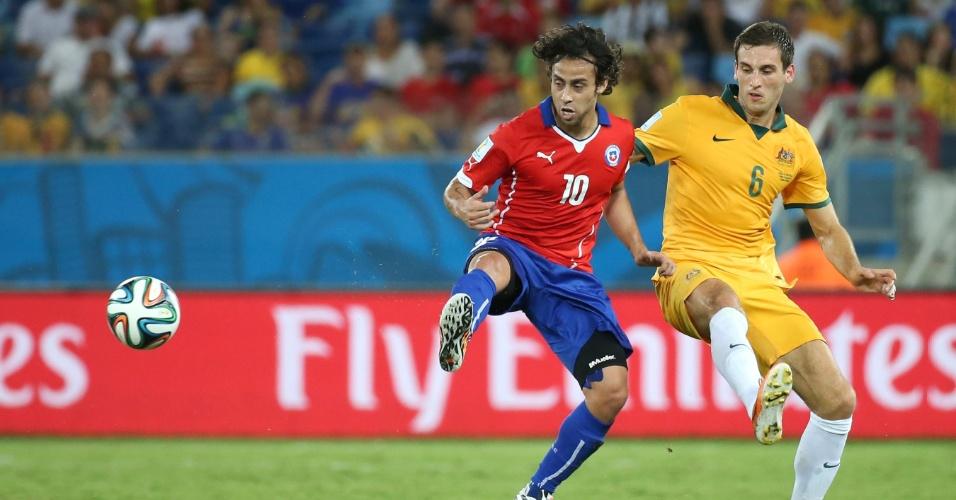 13.jun.2014 - Valdivia tenta dominar a bola marcado por Matthew Spiranovic, no jogo entre Chile e Austrália