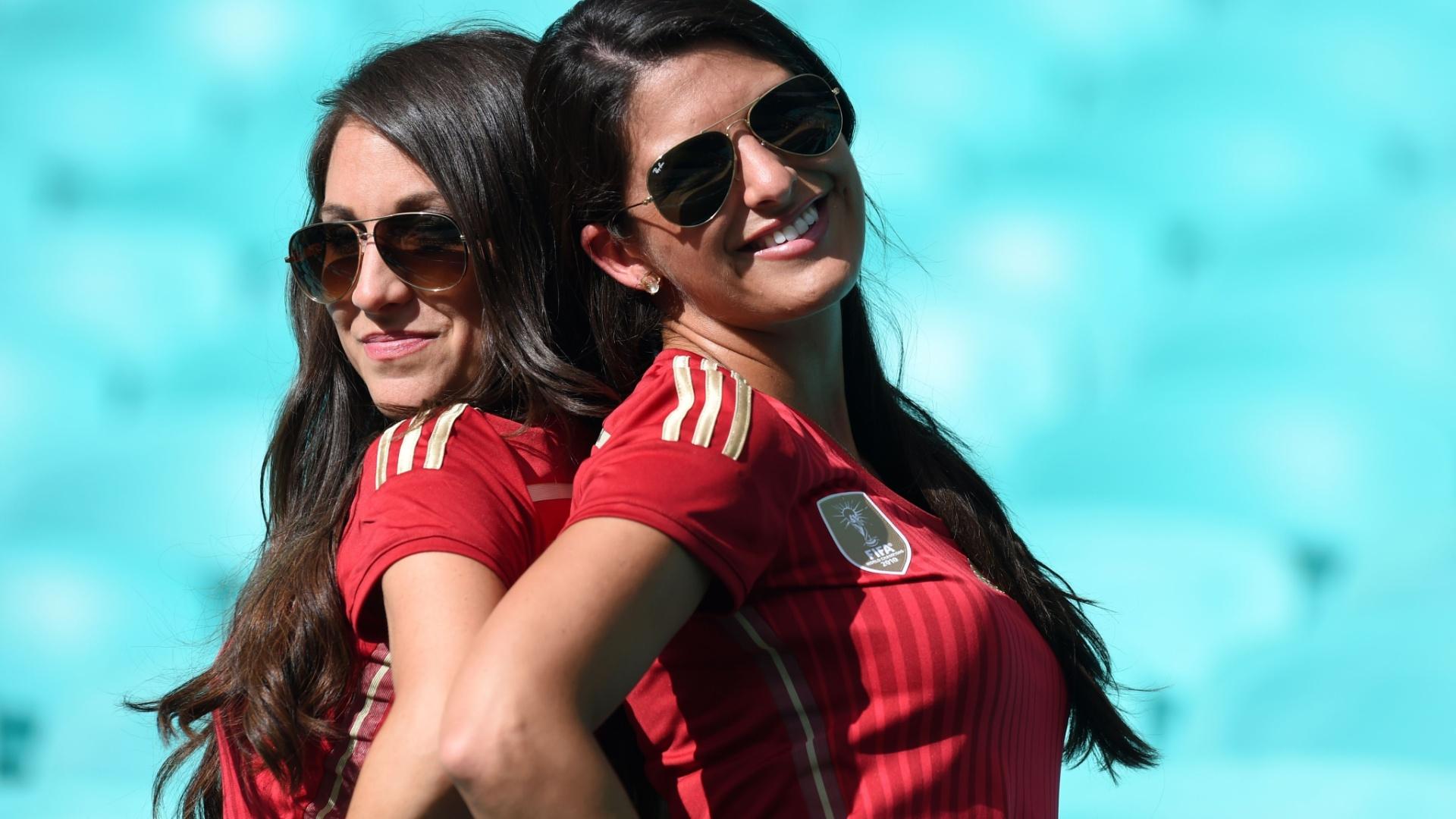 13.jun.2014 - Dupla de torcedoras da Espanha posa para fotos na Fonte Nova