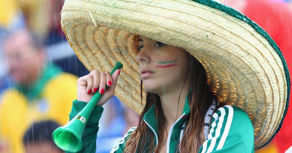 13.jun.2014 - Quase escondida pelo chapelão, bela torcedora mexicana mostra seu apoio na partida contra Camarões
