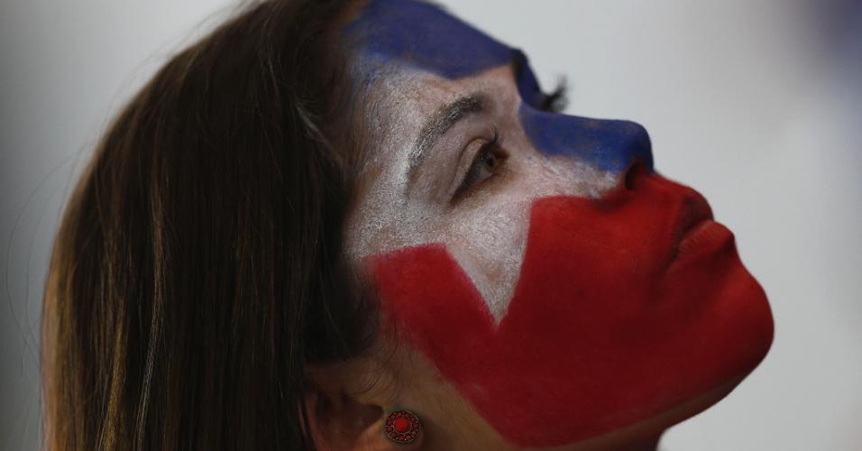 13.jun.2014 - Torcedora com o rosto pintado apoia o Chile na estreia com vitória do time de Valdivia