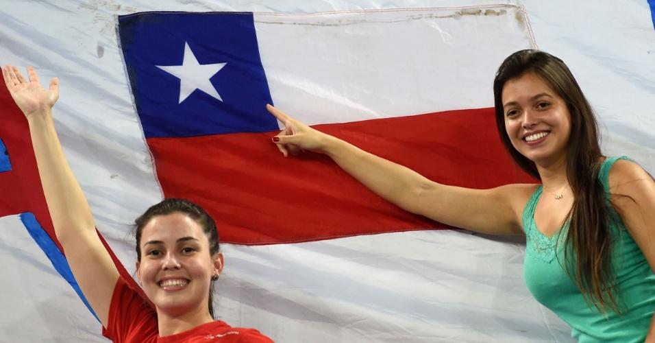 13.jun.2014 - Torcedoras dão apoio para o Chile, que venceu sua estreia na Copa