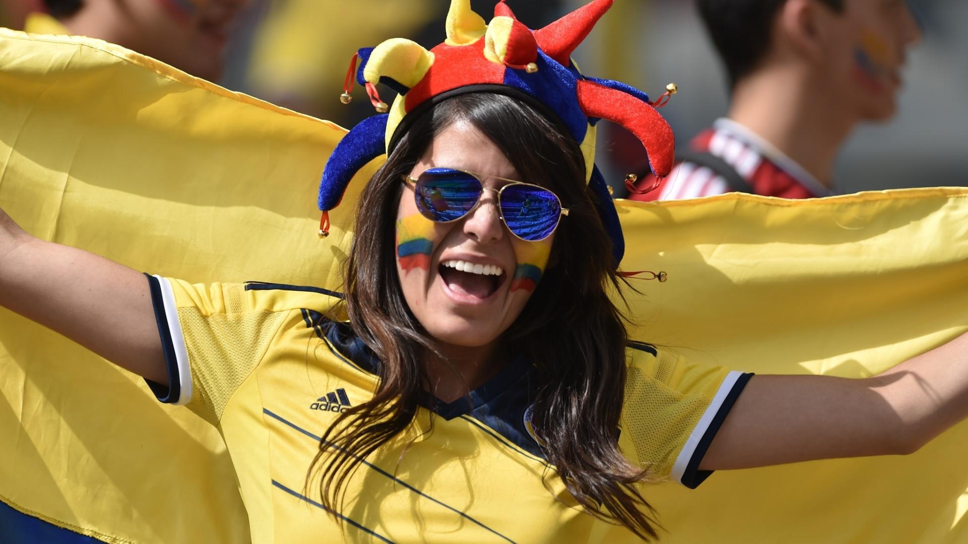 14.jun.2014 - Bandeira, rosto pintado e chapéu: torcedora não economiza acessórios na torcida pela Colômbia