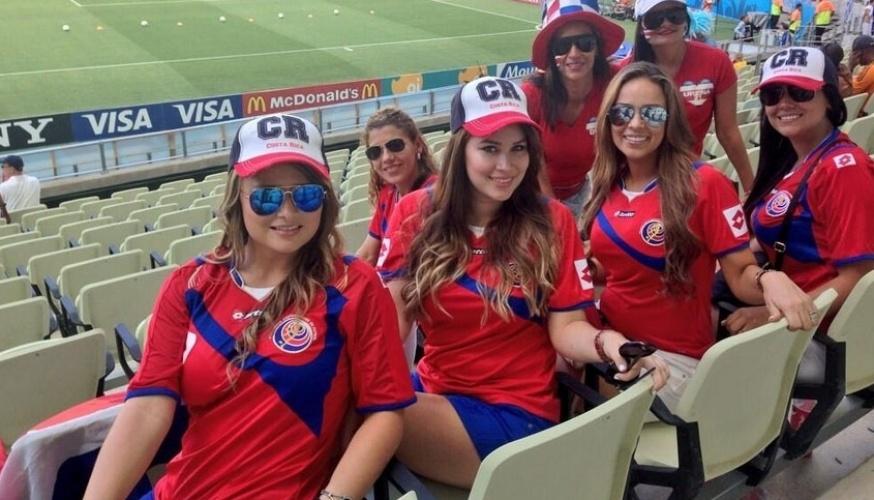 14.jun.2014 - Grupo de belas torcedoras da Costa Rica aguarda o confronto com o Uruguai, em Fortaleza