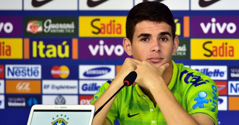 14.jun.2014 - Oscar, destaque do Brasil na estreia contra a Croácia, participa de entrevista coletiva neste sábado