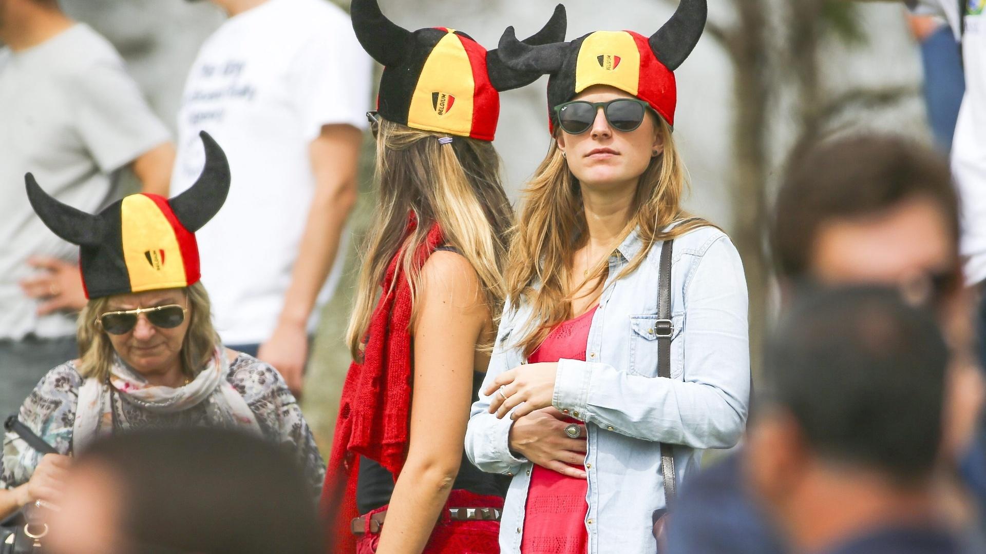 14.jun.2014 - Torcedora da Bélgica acompanha treino da seleção europeia, que promete ser uma das sensações desta Copa