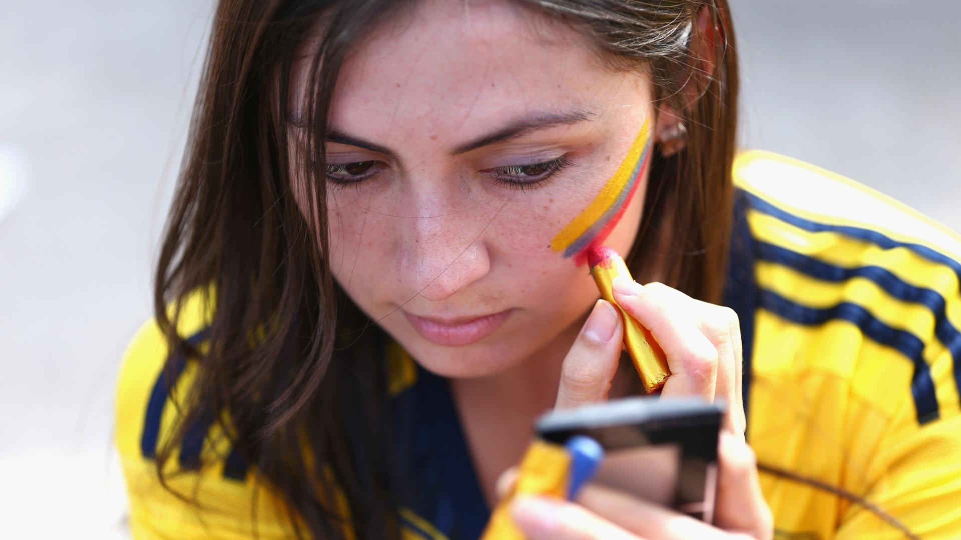14.jun.2014 - Torcedora da Colômbia pinta o rosto para apoiar a seleção no jogo contra a Grécia