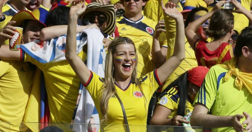 14.jun.2014 - Torcedora faz a festa em gol da Colômbia contra a Grécia
