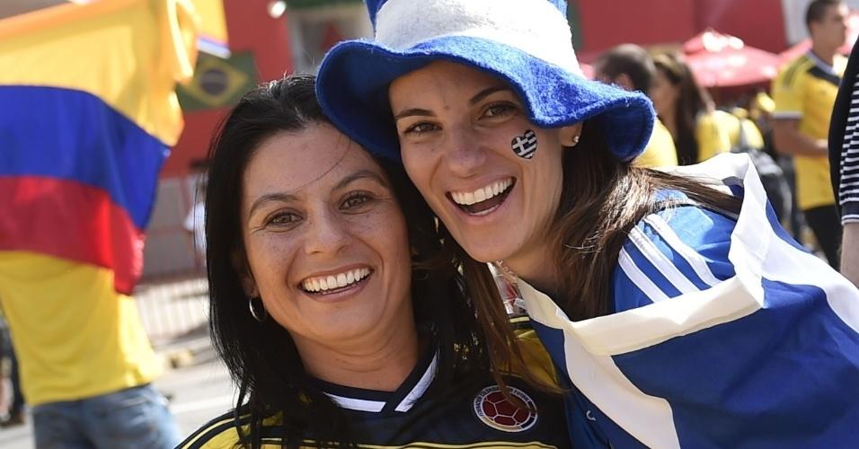 14.jun.2014 - Torcedoras de Colômbia e Equador ignoram a rivalidade para a partida entre as seleções em Belo Horizonte