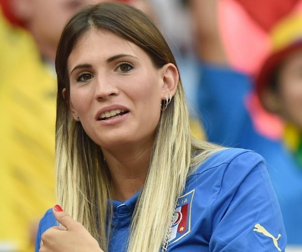 Carolina Marcialis, esposa do atacante Cassano, acompanha partida entre Itália e Inglaterra em Manaus